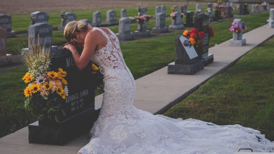 Ślubna sesja zdjęciowa w dzień, w którym mieli się pobrać. Tak upamiętnili zmarłego narzeczonego