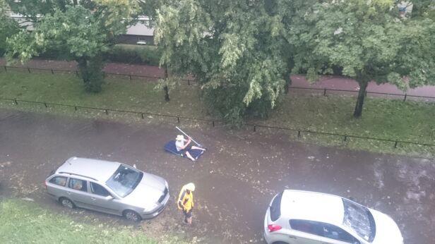 Pływał na materacu po zalanej ulicy warszawa@tvn.pl